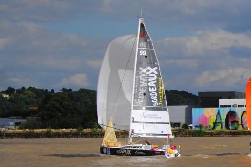 Le Bateau Bordeaux Terre Atlantique avec Clément Salzes quitte le Port de la Lune pour la 46e Solitaire du Figaro (WS/Rue89 Bordeaux)