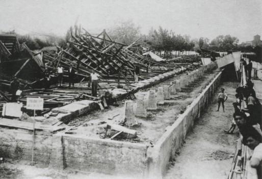 La grande tribune abattue par une tornade en juillet 1936 (Archives CAB)