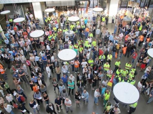 Les agents de Bordeaux Métropole rassemblés dans le hall de l'institution ce vendredi (SB/Rue89 Bordeaux)