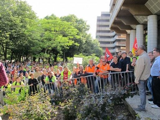 Les agents en lutte barrés à l'entrée du conseil de Bordeaux Métropole (SB/Rue89 Bordeaux)