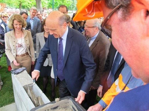 Nathalie Mémoire, conservateur du Muséum, et Alain Juppé posent le premier parpaing (SB/Rue89 Bordeaux)