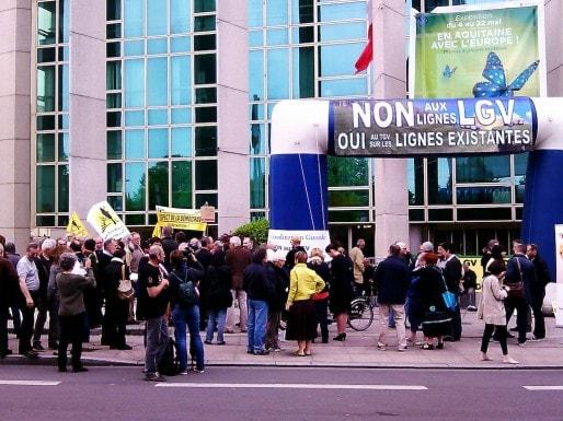 Manifestation des anti-LGV jeudi devant le conseil régional d'Aquitaine (SM/Rue89 Bordeaux)