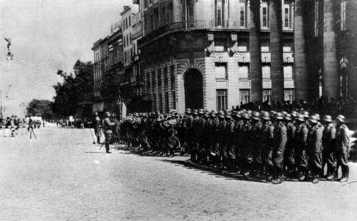 Les troupes allemandes devant le Grand Théâtre à Bordeaux (DR)