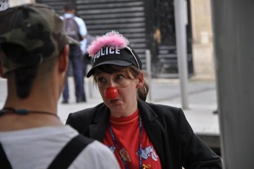 """En vain, une vingtaine de clowns a recherché """"où se retrouve la vie privée"""" (Xavier Ridon/Rue89 Bordeaux)"""
