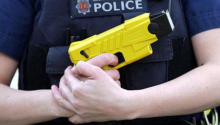 Avant l'Euro, tasers et gilets pare balles pour la police municipale