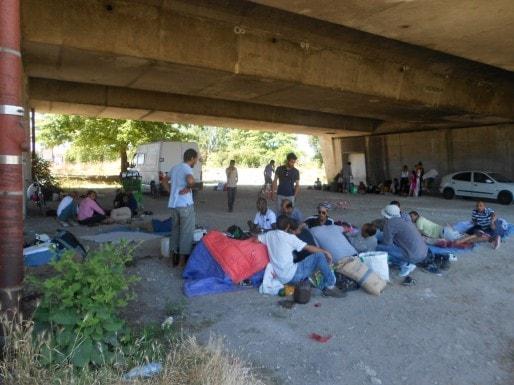 Plus de 80 Sahraouis ont décidé de rester à proximité de leur camp détruit, sous le pont St Jean. (ML/Rue89 Bordeaux)