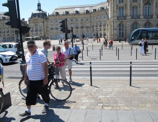 Foncer sur la piste cyclable au niveau des passages piétons du miroir d'eau (SB/Rue89 Bordeaux)