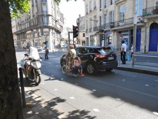 Doubler les voitures aux feux rouges (ML/Rue89 Bordeaux)