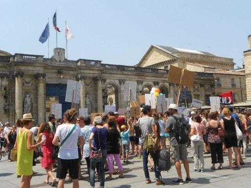 Une centaine de personnes a manifesté ce mercredi devant l'Hôtel de Ville. (ML/Rue89 Bordeaux)