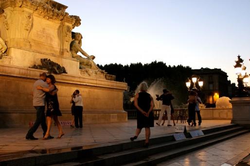 Environ une fois par mois, quelques danseurs de Tango investissent la colonne des Girondins (AD/Rue89 Bordeaux)