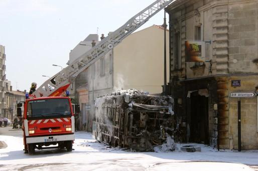 Le bus fonctionnant au gaz et à l'électricité a ravagé la devanture de l'agence en face de l'incendie