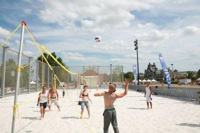 Une partie de beach volley sur le quai des sports