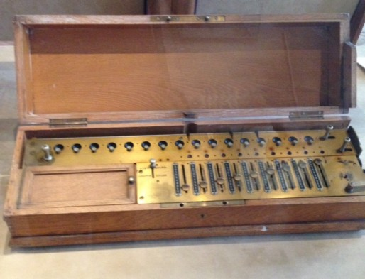 Un arithmomètre, ancêtre de la calculatrice (MI/Rue89 Bordeaux)