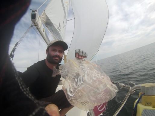 Durant son mois de course au large, Clément tombera sur des centaines de déchets plastiques flottant entre deux eaux et infestant les océans. Ici, un emballage de bouteilles de Cola Cola.
