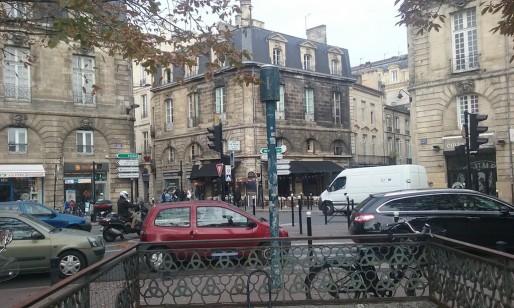 Ce poteau au milieu de la photo n'est pas un feu rouge, mais une station de mesure de la qualité de l'air (SB/Rue89 Bordeaux)