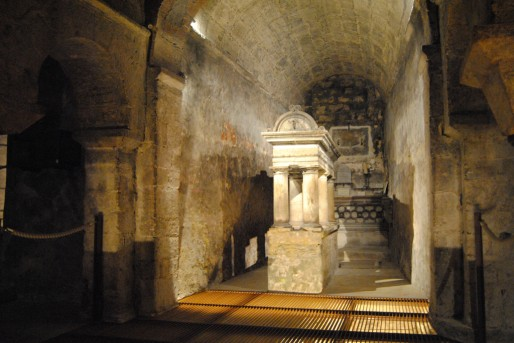 Le tombeau de Saint-Fort et derrière le mur du fond, dans une pièce fermée, celui de Mgr Cirot de La Ville (WS/Rue89 Bordeaux)