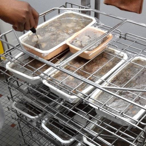 Les plats réchauffés dans leurs barquettes en plastiques (photo de l'auteur)