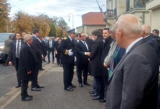 François Hollande salue les élus locaux à son arrivée à Puisseguin (Préfecture d'Aquitaine)