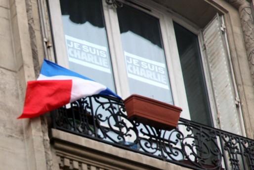 Le drapeau tricolore pavoisant après les attentats contre Charlie-Hebdo (Maya-Anaïs Yataghène)