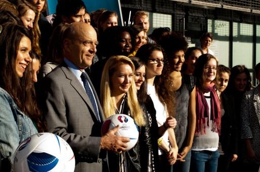 Alain Juppé et les 60 bénévoles (AP/Rue89 Bordeaux)