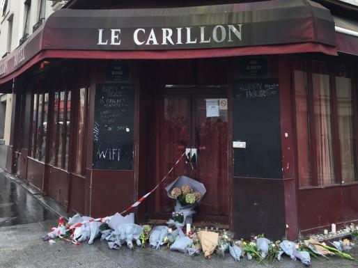 Samedi 14 novembre, des fleurs déposées devant Le Carillon dans le Xe arrondissement, en hommage aux victimes après la double fusillade de vendredi (Julien Martin/L'Obs)