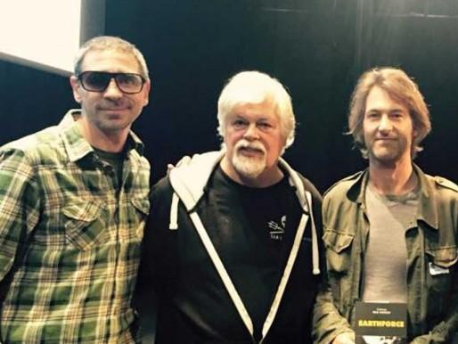Le duo Darwin, Philippe Barre et Jean-Marc Gancille, autour de Paul Watson (DR)