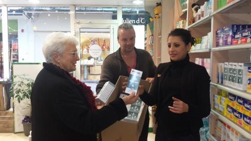 Des membres de l'association distribuent les boîtes de Préjugix dans les pharmacies de Villeneuve-sur-Lot (CB/Rue89 Bordeaux)