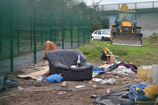 Mardi matin, les bulldozers détruisaient le camp évacué un peu plus tôt par la police (AD/Rue89 Bordeaux)