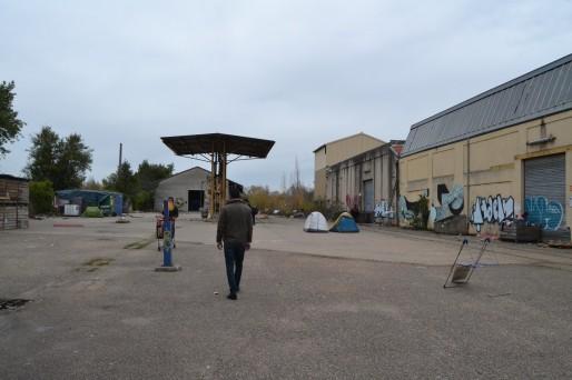 Dans la cour du hangar désaffecté où squattent une centaine de Sahraouis (AD/Rue89 Bordeaux)