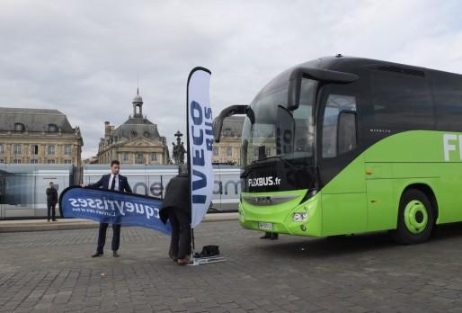 Un car Flixbus en double file place de la Bourse pour une séance photo (SB/Rue89 Bordeaux)