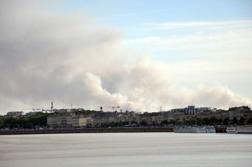 Les nuages de fumée de l'incendie de Saint-Jean-d'Illac visibles depuis Bordeaux (WS/Rue89 Bordeaux)