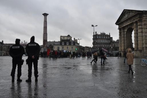 La police en milieu d'après-midi surveillée les occupants de la place Saint Michel (XR/Rue89 Bordeaux)
