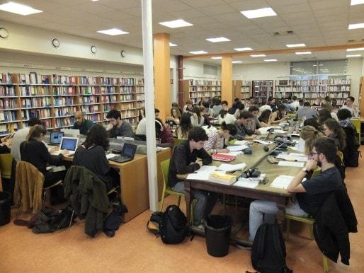 La bibliothèque universitaire pluridisciplinaire de Bordeaux centre fait souvent le plein (SB/Rue89 Bordeaux)