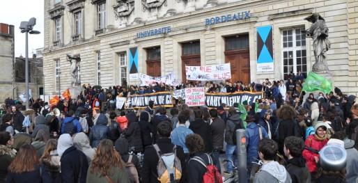 Etudiants et lycéens réunis mercredi 9 mars devant l'Université Bordeaux II (XR/Rue89 Bordeaux)