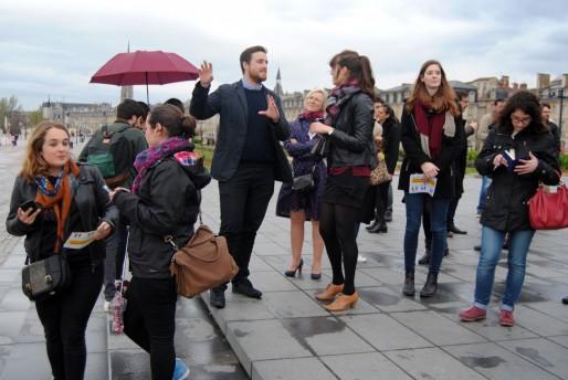 Ben Barker a présenté Hello Lamp Post ce lundi sur la place de la Bourse (WS/Rue89 Bordeaux)