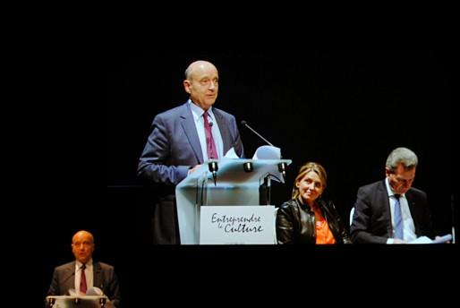 Le mot d'Alain Juppé pour la clôture du Forum d'Avignon, avec Laure Kaltenbach, directrice générale, et Günther Oettinger, commissaire européen à l'économie et à la société numériques (WS/Rue89 Bordeaux)