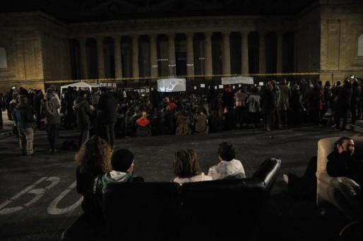 Sur le canapé pour la Nuit Debout comme chez soi devant le film du soir, Merci Patron. (XR/Rue89 Bordeaux)
