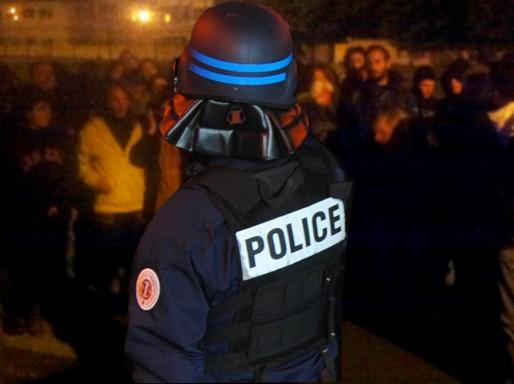 Face à face entre la police et les bloqueurs de Sud Ouest (WS/Rue89 Bordeaux)