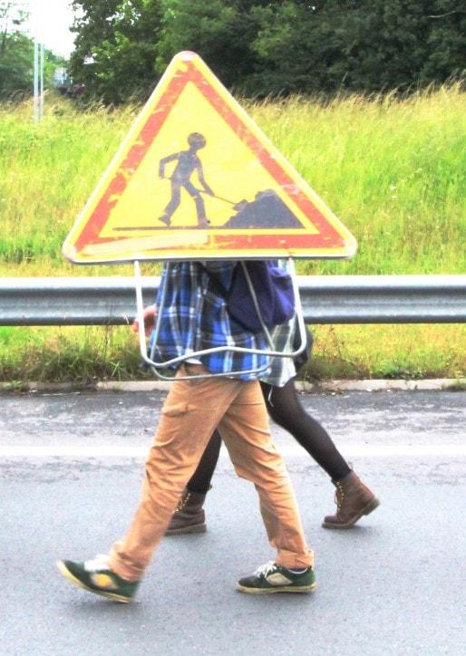 Plots, barrières, pneus…Chacun ramasse ce qu'il peut. (JLP/Rue89Bordeaux)