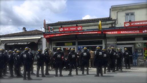 Les CRS entourent les membres du collectif. (JLP/Rue89Bordeaux)