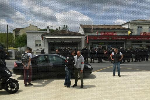 Un des jeunes militants est emmené au commissariat. (JLP/Rue89Bordeaux)