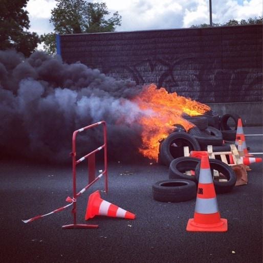 Avant de partir, les militants enflamment les pneus. (JLP/Rue89Bordeaux)