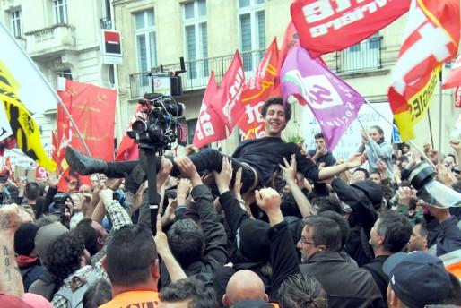 Le lycéen porté par les manifestants (WS/Rue89 Bordeaux)