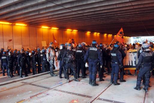 Une partie des manifestants bloquée sous le pont de la rue du Château-d'Eau (WS/Rue89 Bordeaux)