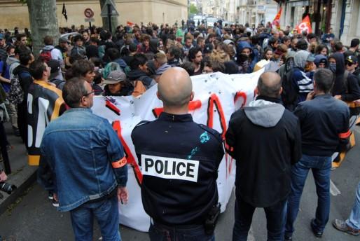 Un groupe de jeune bloqué par la police place de la République (WS/Rue89 Bordeaux)