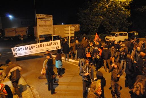 Une centaine de militants de Convergence des luttes bloquent l'entrée de SCASO Leclerc à Cestas (WS/Rue89 Bordeaux)