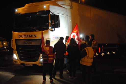 Les camions sont bloqués à la sortie de SCASO Leclerc à Cestas (WS/Rue89 Bordeaux)