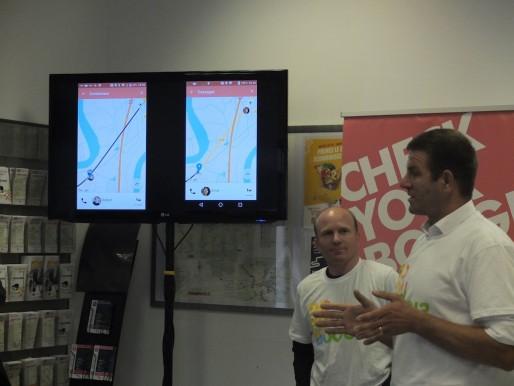 Philippe Grand, d'Instant System (à droite), présente les interfaces conducteur et passager de Boogi (SB/Rue89 Bordeaux)