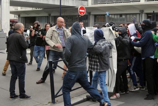Le commissaire est intervenu après les projectiles envoyés contre le commissariat (WS/Rue89 Bordeaux)