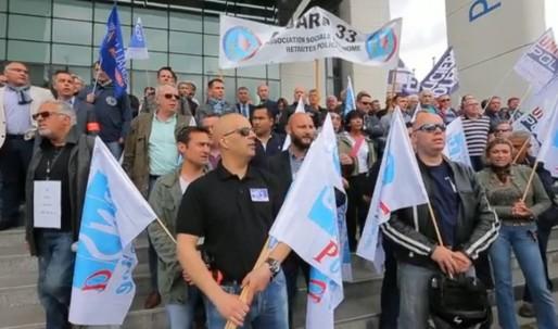 """Manifestation contre la """"haine anti-flics"""" devant le commissariat de Bordeaux (DR)"""
